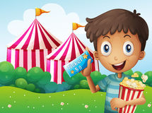 En pojke som rymmer en biljett och en hink av popcorn royaltyfri illustrationer
