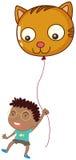 En pojke som rymmer en kattballong Arkivfoton