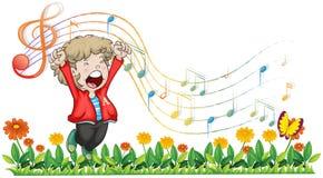 En pojke som sjunger på trädgården Royaltyfri Bild