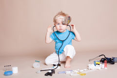 En pojke spelar i doktorsmedicinsjukhus arkivfoto