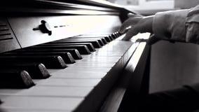 En pojke spelar på pianot lager videofilmer