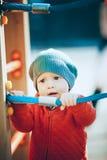 En pojke står på lekplatsen Royaltyfri Foto