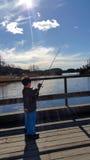 En pojke tycker om att fiska Royaltyfri Foto