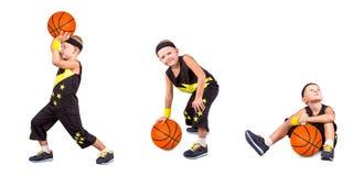 En pojkebasketspelare spelar basket fotografering för bildbyråer