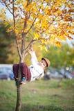 En pojkeklättring på ett träd Royaltyfria Foton