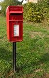 En pol monterade brevlådan i Sawbridgeworth, Hertfordshire arkivfoto