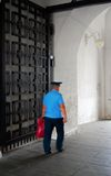En polis går i MoskvaKreml Lokal för Unesco-världsarv royaltyfria foton