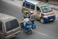 En polis och en cyklist på den upptagna gatan i Sumatra Arkivfoto