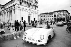 En Porsche 356 1500 fartdåre som är drivande vid Wolfgang och Ferdinand Porsche, tagande särar till Migliaen 1000 Royaltyfria Bilder