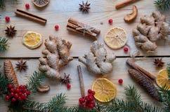 En poudre trois morceaux de gingembre avec les épices traditionnelles orange, anis, cannelle, viburnum sur le fond en bois Photographie stock
