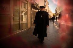 En präst går i gatorna av Seville 66 arkivfoton