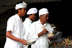 En präst och hans assistent i Bali, Indonesien Fotografering för Bildbyråer