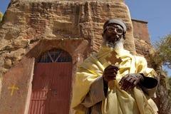 En präst stod yttersidan en kyrka, Mek'ele Arkivbild