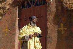 En präst stod yttersidan en kyrka, Mek'ele Royaltyfria Bilder