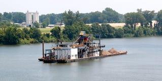 En pråm ångar till och med den Little Rock hamnen Arkivfoton