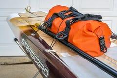 En préparant l'expédition tenez le paddleboard pour un voyage Photographie stock