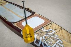 En préparant l'expédition tenez le paddleboard pour un voyage Image libre de droits