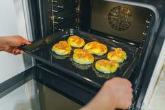En préparant le gâteau pour faites cuire au four image stock