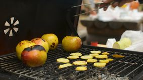 En préparant le plan rapproché de pommes chips et de pomme de cuisson pendant le BBQ de famille grillez dehors banque de vidéos