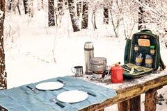 En préparant le repas pendant l'hiver augmentez à la table dans le campsi photos libres de droits