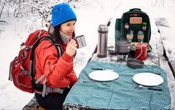 En préparant le repas pendant l'hiver augmentez à la table dans le campsi photographie stock