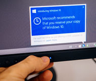 En présentant le message de Windows 10 sur l'affichage d'ordinateur équipez le contact Photo stock