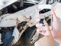 En prenant la photo de l'accident d'accident de voiture endommagez Photos libres de droits