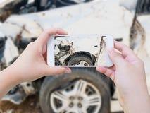 En prenant la photo de l'accident d'accident de voiture endommagez Photographie stock libre de droits