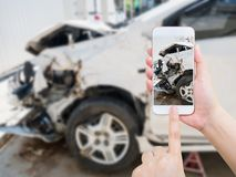 En prenant la photo de l'accident d'accident de voiture endommagez Photos stock