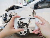 En prenant la photo de l'accident d'accident de voiture endommagez Photo libre de droits