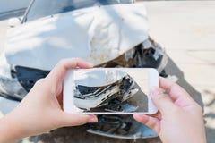 En prenant la photo de l'accident d'accident de voiture endommagez image stock