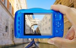 En prenant la photo de l'appareil-photo compact de Venise Italie de soupirs de pont montrez la POV photos libres de droits