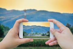 En prenant la photo de la télécommunication dominez sur le champ Images libres de droits