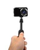 En prenant le selfie - remettez le monopod de prise avec l'appareil-photo de photo Photographie stock