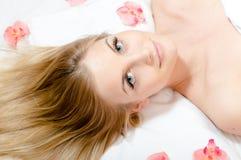 En procedimientos del balneario: retrato del primer en la mujer rubia atractiva, de lujo joven hermosa que mira la cámara con los Fotografía de archivo libre de regalías