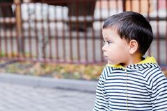 En profil av lite den latinska pojken Royaltyfri Fotografi