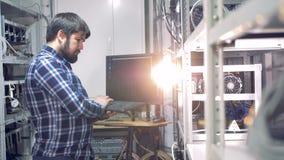 En programmerare arbetar i ett bryta rum lager videofilmer