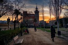En promenad i parkera Barcelona fotografering för bildbyråer