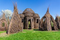 En promenad mellan Dougherty skulpturer arkivbilder