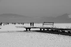En promenad på den djupfrysta sjön i vinter Österrike Europa Royaltyfri Foto