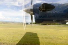 En propeller av en nivå i himlen Arkivfoton