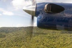 En propeller av en nivå i himlen Arkivbild