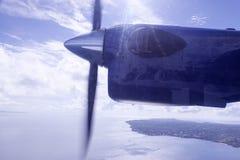 En propeller av en nivå i himlen Fotografering för Bildbyråer