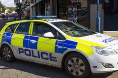 En PSNI-polisbensindriven bil som kryssar omkring den fot- zonen i diamanten i Coleraine som är nordlig - Irland Arkivbild