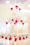 En pyramid av exponeringsglas med champagne Arkivfoto