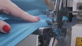 En quilter syr snittstycken av färgrikt tyg för en täckeöverkant arkivfilmer