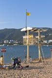 En räddningsaktionborrtorn och ett tecken som säger att varna! Ingen simning! Fara av den dödliga skadan på en strand i Gelendzhi Royaltyfria Foton