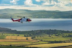 En räddningsaktionhelikopter på en Grianan av Aileach, Co Donegal royaltyfri foto