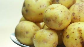 En rå potatis roteras arkivfilmer