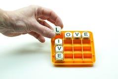En résolvant le puzzle pour effectuer les mots vivez et aimez Images stock